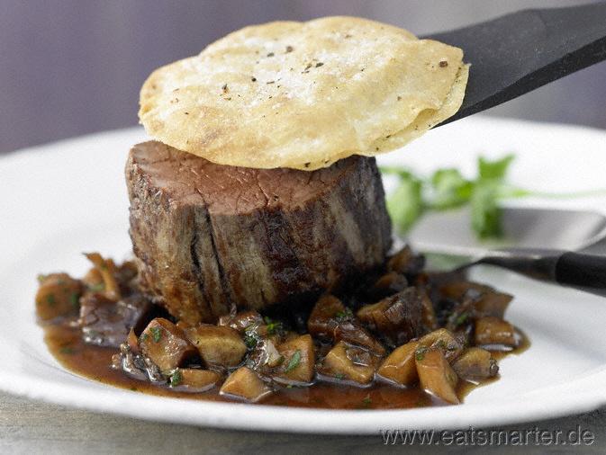 Umwandlung des opulenten Klassikers zu einem leichten, modernen Hauptgericht: Beef Wellington - smarter - Rinderfilet auf Pilzen mit Knusperhaube. Kalorien: 398 Kcal | Zeit: 45 min. #recipes #fall