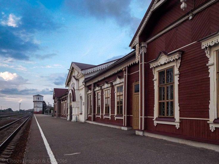 Шуйский вокзал начало сентября  Очень мне понравился деревянный какой-то очень уютный хотя внутри пустоват.  #вокзал #шуя #railwaystation