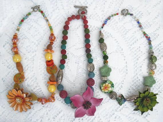 Collane colorate con fiore di cuoio dipinto a di ilfiorecreativo