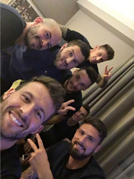 Alors que l'équipe de France s'apprête à jouer son huitième de finale dimanche à Lyon, les joueurs profitent de ces moments passés ensemble pour alime...