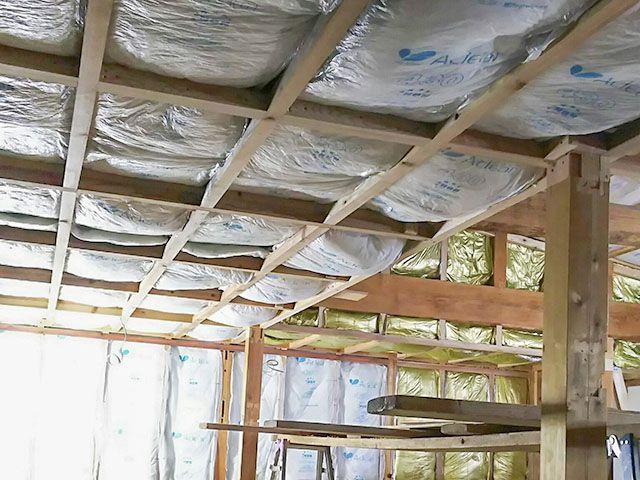 こちらは天井や壁の断熱材の様子 暑苦しくみえるくらいミッチリ断熱材を敷き詰めます 旭ファイバーグラスの アクリア をメインに 部位により数種類の断熱材を使い分けています 壁 那珂川 工事