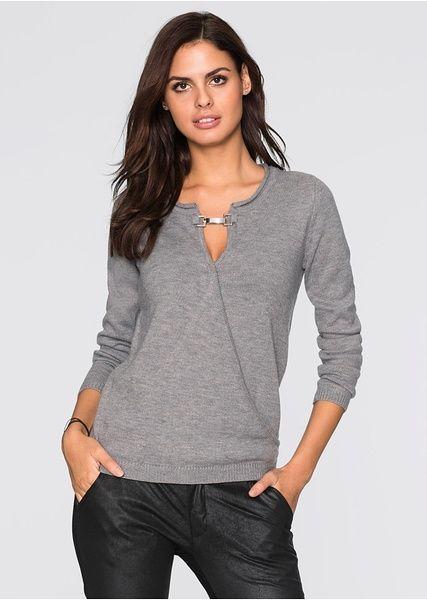 Nőies pulóver a BODYFLIRT márkától, dekoratív csattal és átkötős hatással a kivágásán. Hossza a 36/38-as méretben kb. 68 cm. Felső anyag: 100% akril