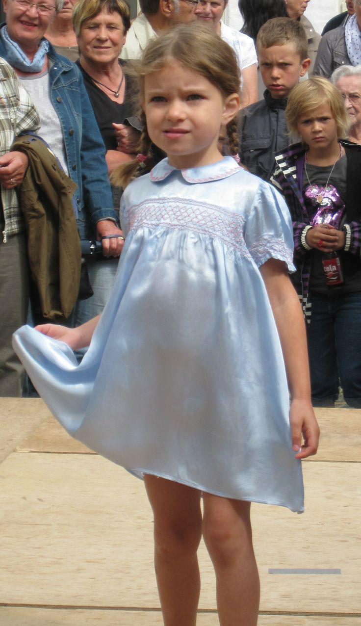 Sød børnekjole fra historisk modeopvisning på Bratskov. Kjolen er fra 40´erne, måske syet af faldskærmsstof?