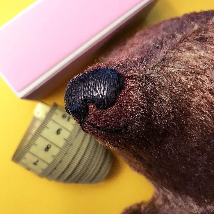 Описаны способы вышивки носа, рта и лап мишки Тедди.