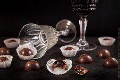 Ганаш из белого шоколада на красном вине, винное желе и изюм вымоченный в бальзамике. Вкус просто умопомрачительный!
