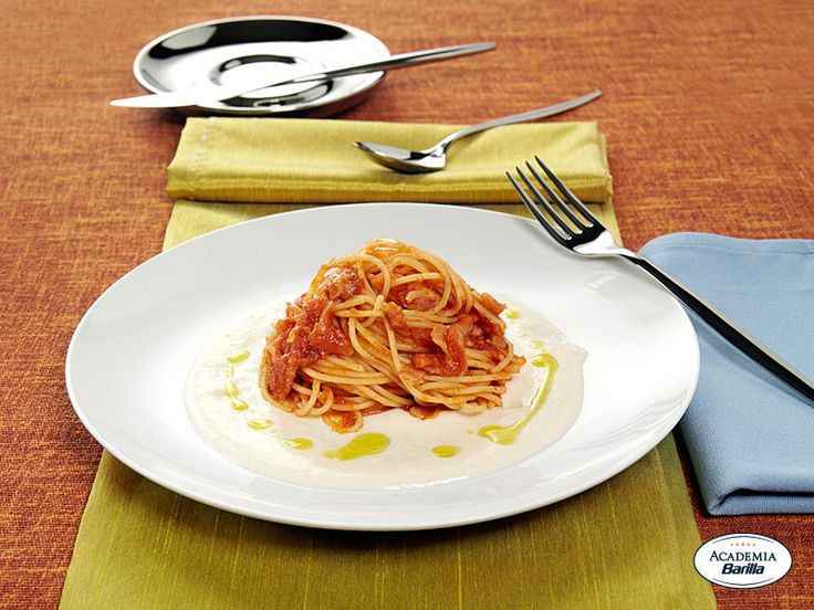Spaghetti Barilla all'Amatriciana con crema di Pecorino e olio aromatizzato