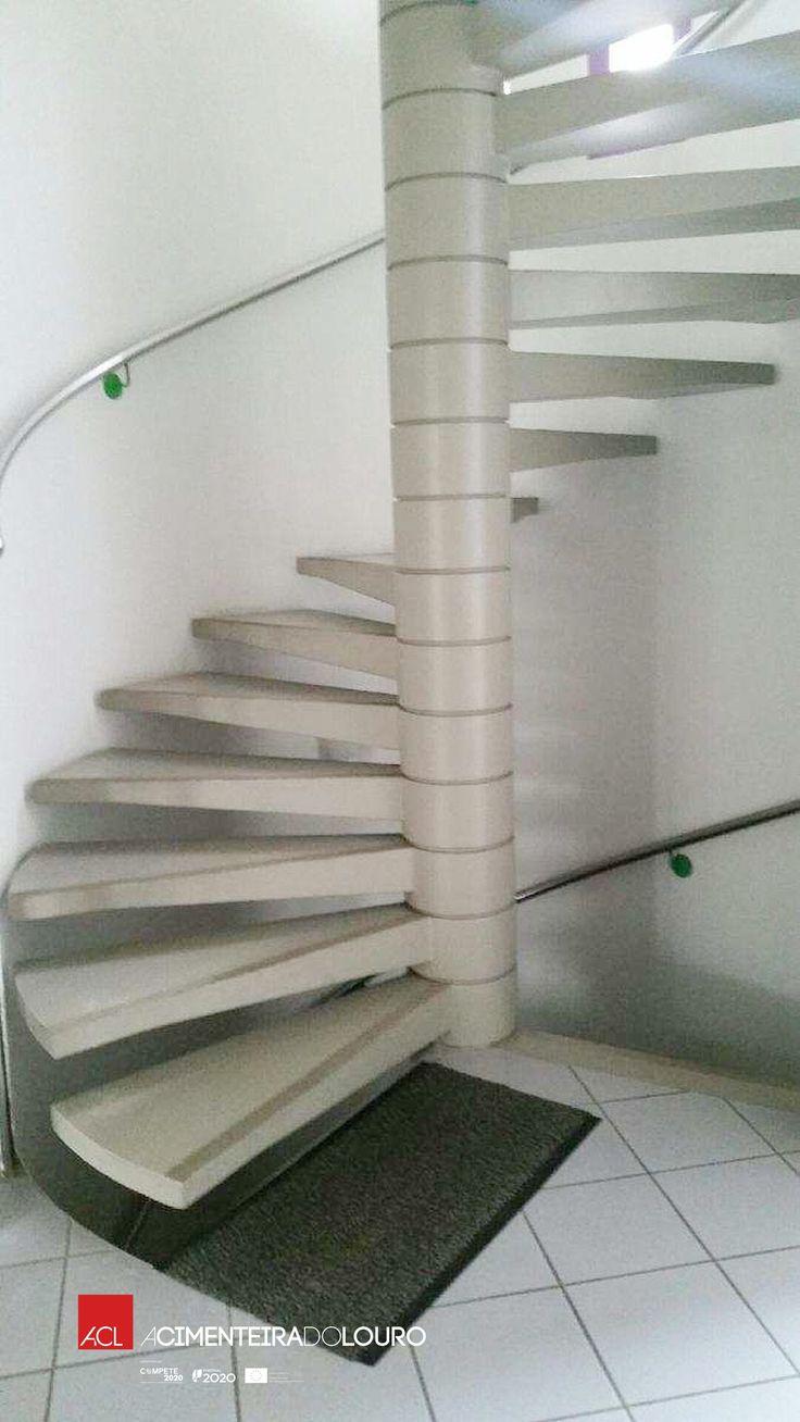 Veja como ficou! Deixe-se encantar pelo design minimalista! Escada caracol -- Take a look! Be enchanted by the minimalist design! Spiral stair