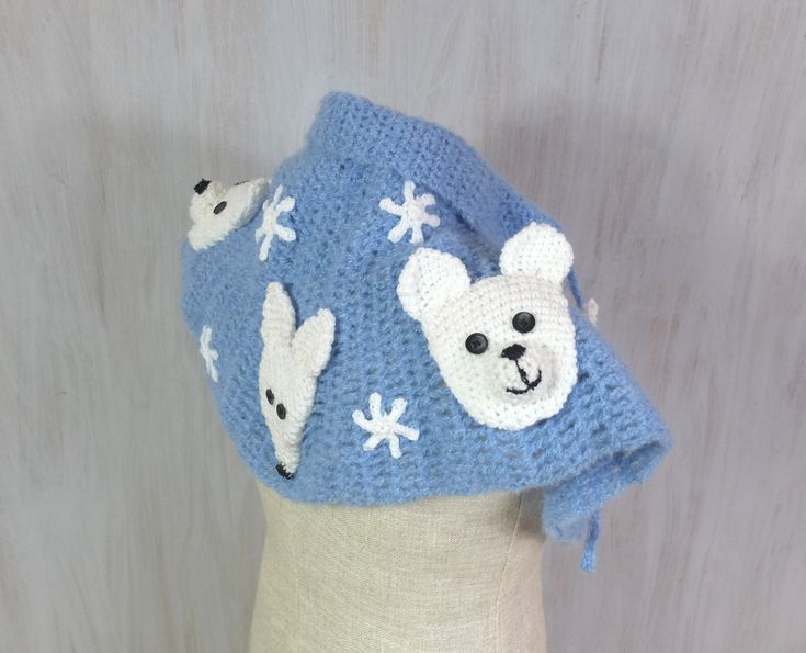 Cosy scarf with polar bears and foxes. For girl. Unique crochet capelet decorated with five polar animals: polar foxes and polar bears. The capelet, the animals and small white stars are crocheted - everything is made by myself. Fantastic accessory for animal lovers and for winter lovers too!   The roping (with thin crochet rope) let you adjust width near neck.  You can wear this scarf over the outerwear or over her everyday clothes. Very cosy and pleasant.  It will be goos for 4-years and…