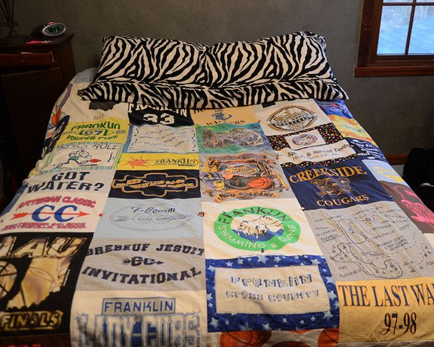 T-shirt blanket--a project for next summer!! Until then I'm gonna start collecting tees! :): Idea, Tshirt Quilts, T Shirts Blankets, Diy T Shirts, Old Shirts, T Shirts Quilts, Bands Shirts, High Schools, Tshirt Blankets