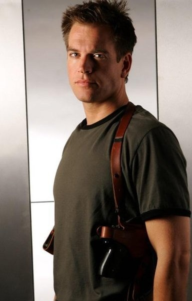 DiNozzo has shoulder holsters!!