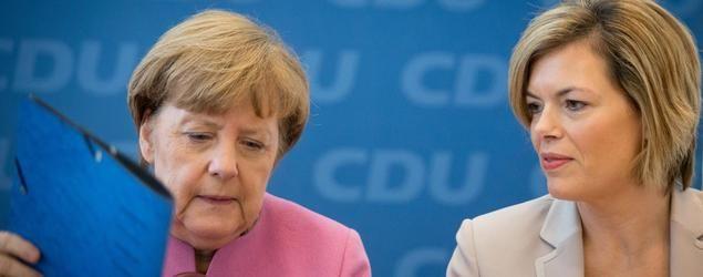 Bundeskanzlerin Angela Merkel (l, CDU) und die Parteivorsitzende der CDU Rheinland-Pfalz, Julia Klöckner, nehmen am 18.01.2016 in Berlin in der CDU-Parteizentrale an der Sitzung des CDU-Parteivorstands teil.