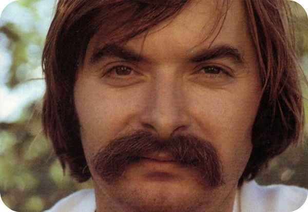 Top 10 des plus beaux chanteurs français moustachus | Topito