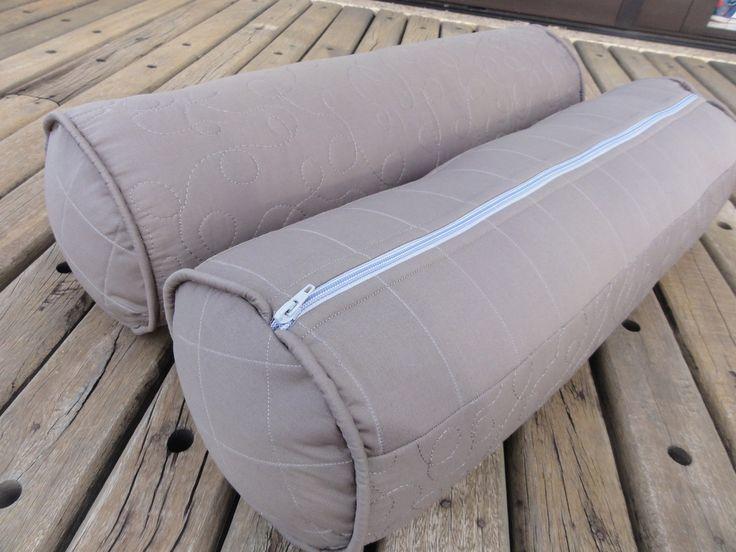 Almofada rolo para cama ou berço. Pode ser usada para as laterais do berço. <br>Esse é um produto feito sob encomenda, então , você decide a cor e a estampa. Também as medidas, para ficar de acordo com sua cama. <br>Almofada cinza da foto tem 80 cm por 20 de diâmetro. <br>Pode ser feita em duas opções: <br>- capa com zíper e almofada interna <br>- almofada sem zíper ou capa <br>Faça seu orçamento sem compromisso!