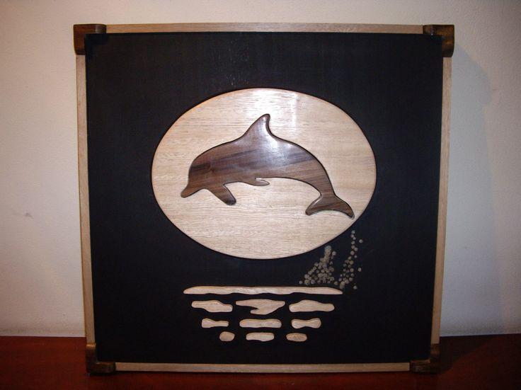 Delfín y Luna: Cuadro realizado en maderas de 1 pulgada, caladas, pulidas y fondo pintado. Terminación a mano. Pedido especial.