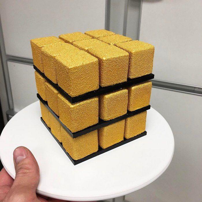 el francés Cédric Grolet, que según la asociación Relais Desserts, está considerado como el mejor chef de repostería del año 2016. Si no te suena, no hay mejor forma de conocerlo que a través de su última creación, un tributo al famoso cubo de Rubik en forma de dulces pastelitos.