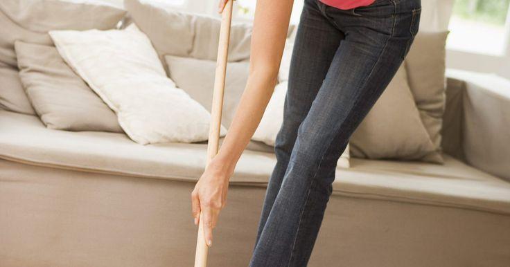 Cómo evitar dejar rayas cuando trapeas el piso. Las rayas permanecen en el suelo y hacen que se vea sucio después de limpiarlo. Los limpiadores comerciales, los residuos de jabón y el agua en exceso pueden provocar rayas desagradables. Limpiar los pisos correctamente con los elementos comunes de la casa los mantendrá sin rayas y atractivos. Mantener los pisos limpios y usar técnicas de limpieza ...