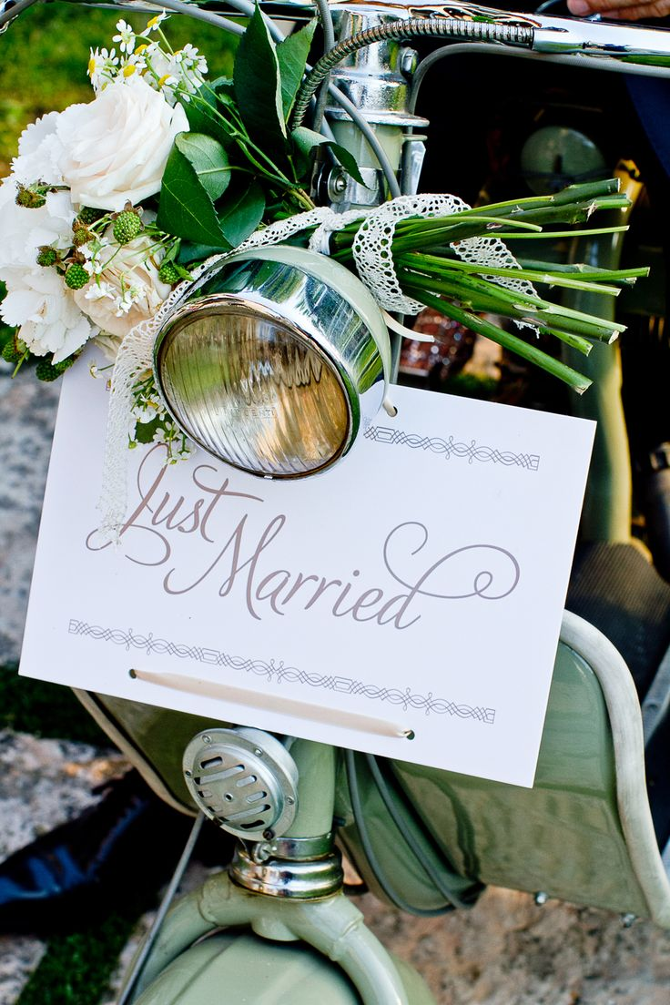 Just married vespa scooter sign decorations and flowers for Vespa decoration