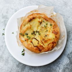 pastinaaktartelettes: butter, 4 slices of puff pastry, 2 sprigs of sage or 3 sprigs of thyme, 1 to 2 shallots, 1 large parsnip, 250 ml cream, 2 eggs, salt and pepper, additional: 4 tartlet tins or small jump molds (Ø 10 cm)