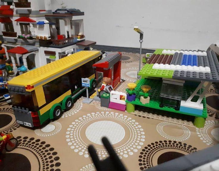 Mini intermodal de Lego: combina tren y buses con accesibilidad universal estacionamiento de bicicletas y un pequeño kiosko. Avanzando en integración urbana (?) #Lego #LegoCity #Transport #PublicTransport #Intermodal #Rancagua #Chile #Rancagua #Chile