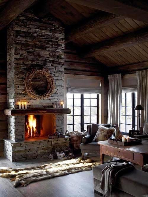 al calor del fuego de una chimenea de piedra