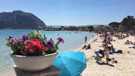 Sicilia: #Palermitani e #turisti prendono dallassalto la spiaggia di Mondello (FOTO) (link: http://ift.tt/2nOzdeZ )