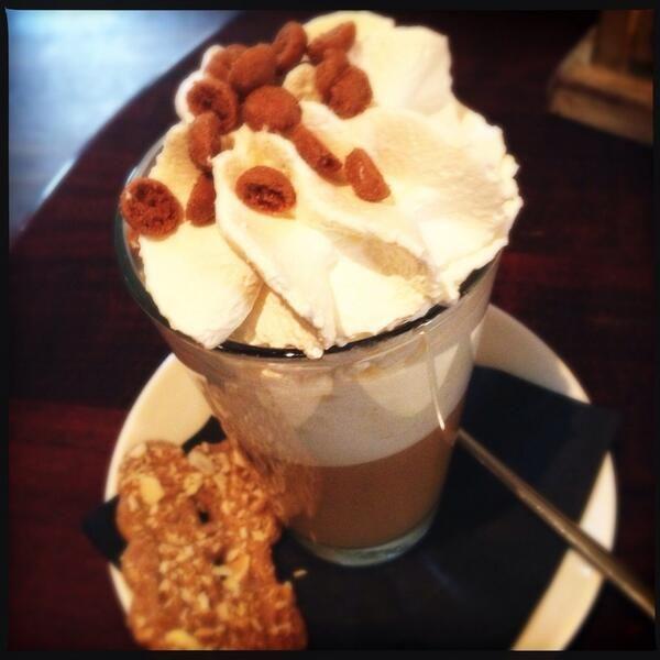 Speculaas Koffie  Meng speculaaskruiden door de #koffie. Maak het af met een toef slagroom met cacaopoeder. En vergeet natuurlijk niet om er speculaas of pepernoten bij te serveren!