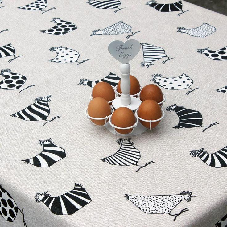 Gecoat Tafellinnen Rego - Mooie kwaliteit gecoat tafellinnen met print van kippen en haantjes. Deze geplastificeerd canvas stof is van uitstekende kwaliteit en zorgt voor een natuurlijke look! Met dit afwasbare tafelkleed heeft u het echte stofgevoel met het gebruiksgemak van tafelzeil. U kunt het tafellinnen gemakkelijk schoonhouden met een vochtige doek, of uitwassen op 30 graden. Houd hierbij wel rekening met een mogelijke krimp van 4%.