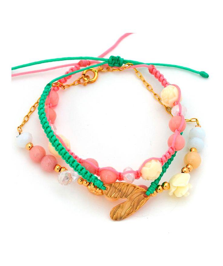 Rosas Macramé - Trio de pulseras, borche de corazón dorado envejecido, cadena con baño de oro, hilos rosa y verde, rosas beige en resina. $18.000 COP. Cómpralos aquí--> https://www.dekosas.com/productos/pulsera-rosas-macrame-detalle