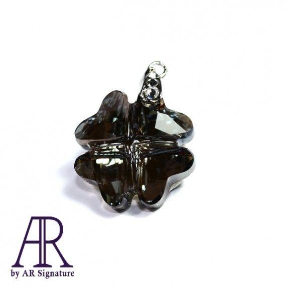 Clover Tale Pendant, Jewelry made with Genuine Swarovski Crystal.  Perhiasan kalung / pendant yang dibuat menggunakan Crystal Swarovski Asli