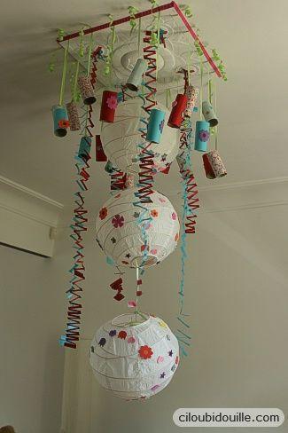 Pour une boum pour enfant : des lanternes chinoises, des rubans découpés, des tubes de papier-toilette peint... Un rendu superbe