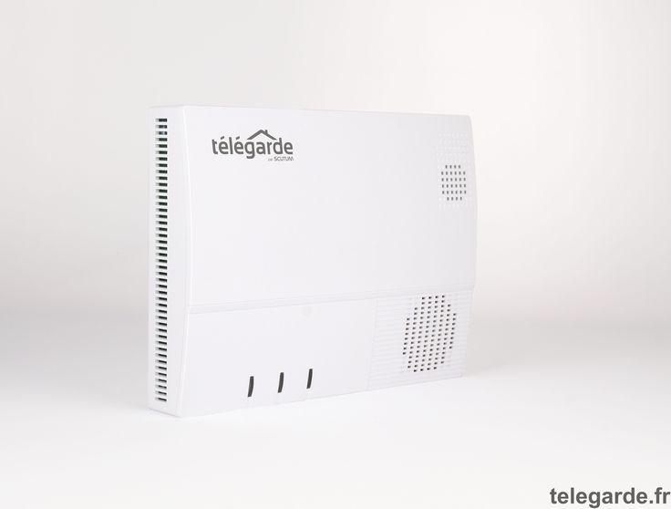 """La centrale d'alarme """"Télégarde"""" est une centrale d'alarme avec transmission par internet (IP) et synthèse vocale. Elle est raccordée à votre box internet, et se connecte sans fil à l'ensemble des accessoires et détecteurs présents sur le site. Elle pilote le système de détection d'intrusion et le réseau domotique. La centrale est équipée d'une puissante sirène de 108 dB qui se déclenche si l'un de vos détecteurs repère une intrusion, ou si un incendie est détecté."""