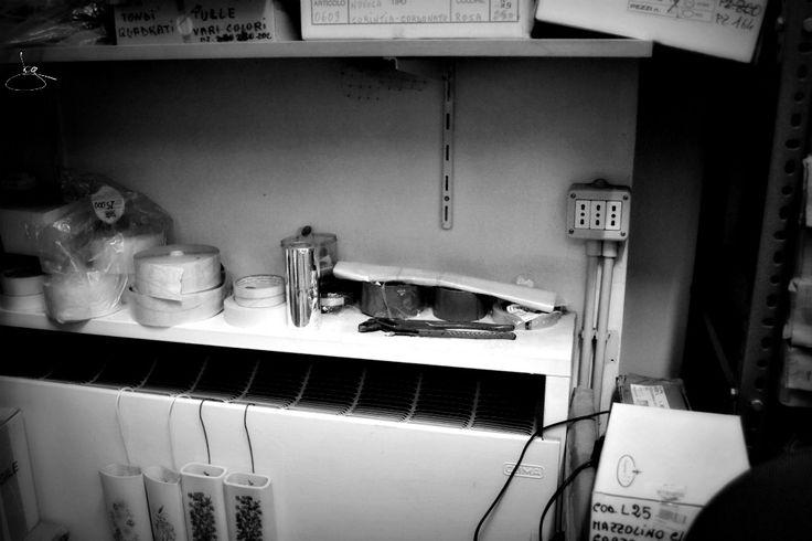 In quest'angolo del laboratorio ho tenuto una vecchia radio per tanti anni: ascoltavo musica mentre preparavo ordini o facevo esperimenti creativi! #lifestyle #racconto #ricordi #nonsmettodifare