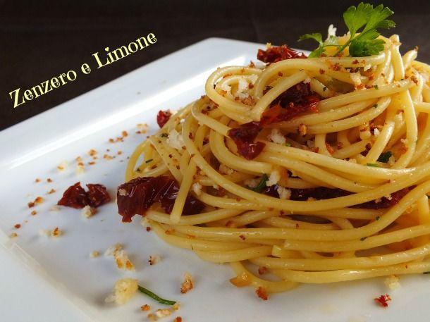 spaghetti aglio olio pomodori secchi e prezzemolo