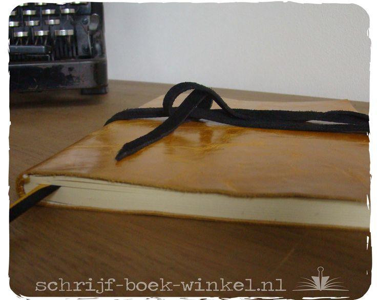 Maatwerk: gemeleerd geel leer en een zwart sluitkoord om een A5 lijntjesboek. Ook een boek op maat? info@schrijf-boek-winkel.nl