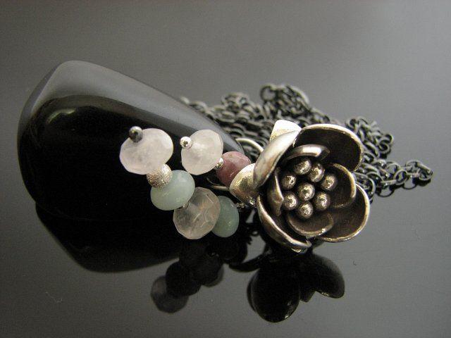 Naszyjnik wykonany z bryłki onyksu z drobnymi kamieniami naturalnymi ( kwarc różowy,m rubin, amazonit) i pięknego kwiatu ze srebra pr 925