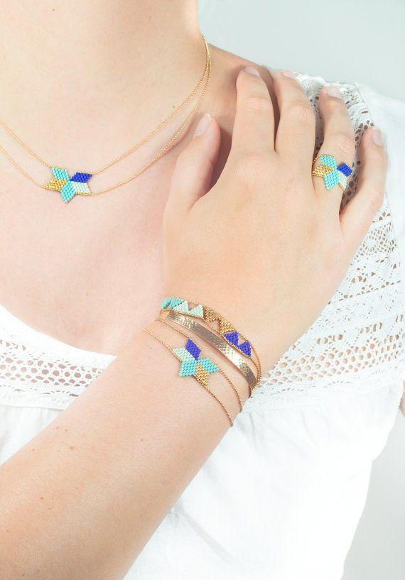 Des triangles de perles japonaises tissées à la main, encadrés par une fine chaine boule plaqué or (1 micron), le tout forme un joli bracelet,