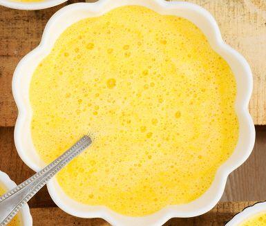 En härligt gul pumpasoppa, som passar perfekt till Halloween-middagen. Saft och skal från apelsin fräschar upp, och kryddstekt kyckling bidrar med viss hetta.