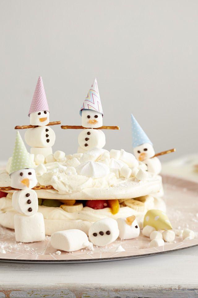 Helppo marenkikakku syntyy marenkipohjista, jotka täytetään marjoilla ja hedelmillä. Päälle askarrellaan lumiukot. Katso helppo ohje!