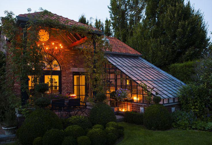 Romantycznie podświetlony dom, przytulne oświetlenie, ogród zimowy https://www.homify.pl/katalogi-inspiracji/10006/zewnetrzne-oswietlenie-domu