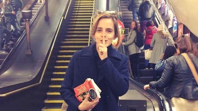 Gwiazda serii o Harrym Potterze, Emma Watson, która wcieliła się w postać Hermiony Granger (według ankiety Merlin.pl oraz Harry-Potter.net.pl najpopularniejszej według polskich czytelników postaci sagi), kocha książki nie tylko na ekranie. Prócz tego, że studiowała literaturę i prowadzi dyskusyjny klub online o tekstach feministycznych, ostatnio zabawiła się w książkową wróżkę i zostawiła w metrze około stu książek z odręcznymi notatkami, by sprawić radość innym czytającym.  Emma nie jest…