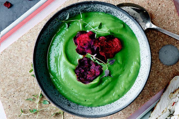 En färgsprakande soppa med broccol, rödbetschips och grillad kyckling.