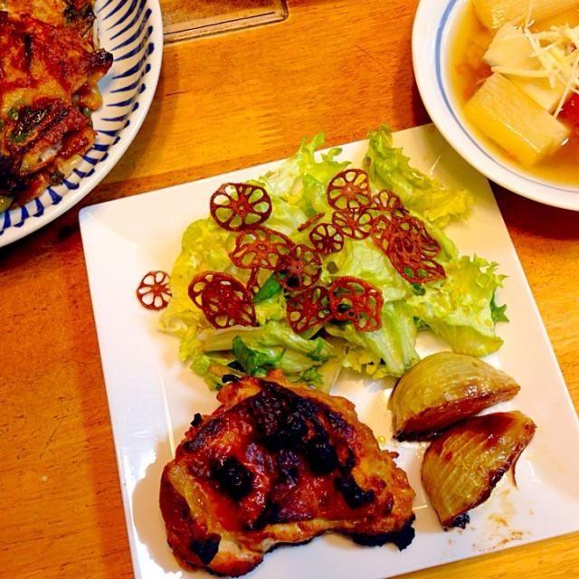 今日は初挑戦のタンドリーチキンに! カレー粉とケチャップとプレーンヨーグルトと塩で漬けておくだけで柔らかいし皮パリッとジューシーにカロリーダウン。 グリルで焼いたので本場のタンドリーチキンみたいに焼けました あとはネギ焼きと野菜おでん。 和洋折衷な献立になっちゃいました〜 - 65件のもぐもぐ - ネギ焼き タンドリーチキン  レタスと九条ネギの醤油麹柚子胡椒サラダ  野菜おでん by lovedisneypvz