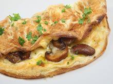 Snij de champignons in schijfjes en bak ze enkele minuten in hete boter. Doe de champignons in een vergiet en laat uitlekken. Kluts de eieren en kruid met peper en zout. Smelt boter in een braadpan en giet hierin 1/4 van de eieren + een sneetje kaas. Bestrooi de omelet met champignons en peterselie en bak de omelet tot de kaas gesmolten is en het ei gestold. Dien de omelet  op met brood/gebakken aardappeltjes/friet.