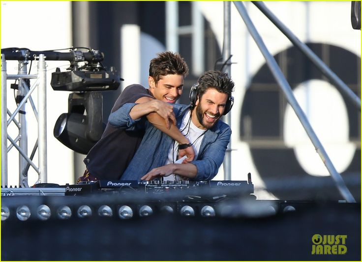 Zac Efron's Tickle Fest with Wes Bentley Is the Cutest Thing Ever! | zac efron showcases dj skills for we are your friends 01 - Photo