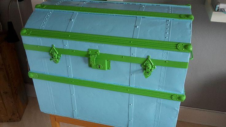 Målade en liten, gammal koffert i glada färger. Den är knallgul på insidan. Painted old trunk