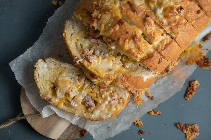Oppskrift på hvitløksbrød med ost og bacon.