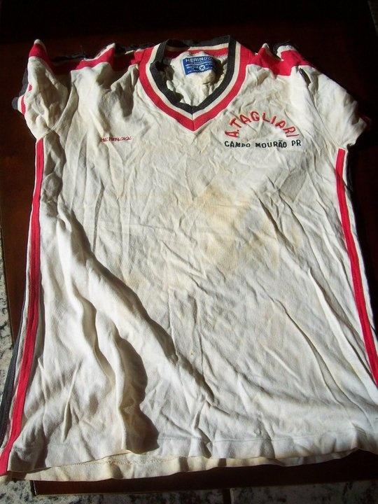Em 1980, em Guarapuava, conquistamos o bicampeonato estadual de forma invicta. Foto mostro minha camisa na competição).