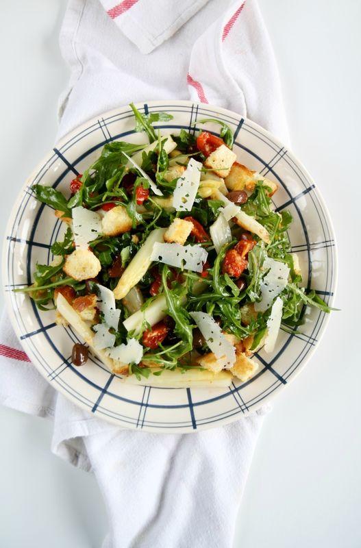 Salade de roquette, asperges blanches, olives et tomates confites