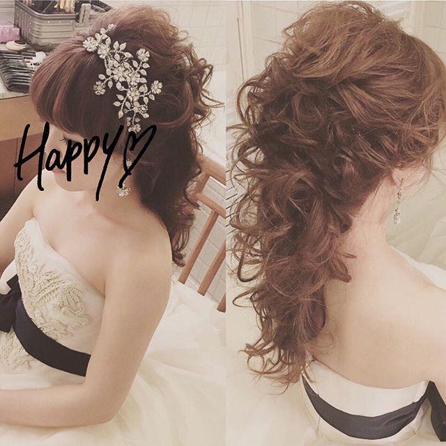 タウン撮影での髪型♡ * * こぉ見えて、ポニーテールなんです✨ * * サンセット撮影では、ヘッドパーツだけ変えてもらいました * さとみさんが言った通り、巻きも全然とれなかったです✨✨ * 国内でもこんな感じがいいなー * * hair & make: @satomihmd ⋆ * * #hawaiiwedding #halekulani #weddinghair #bride #verawang #liesel #wedding #ハワイ挙式 #リーゼル #ヴェラウォン #ちーむ0429 #ウェディングドレス #小物はトリート #mokuba