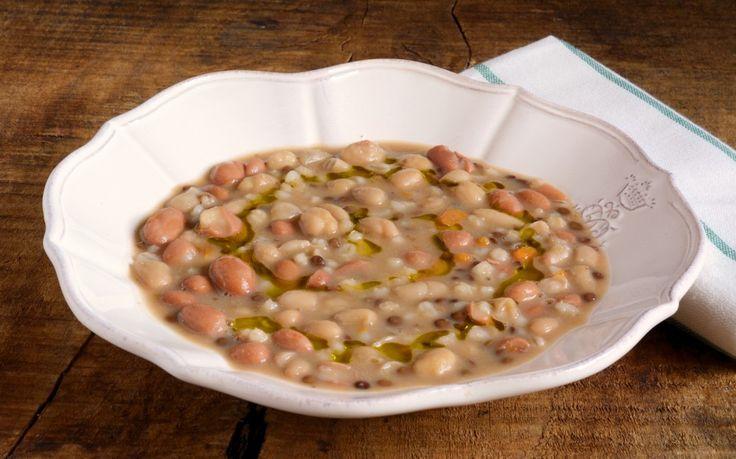 La minestra con orzo e legumi è un primo piatto sano e saporito, perfetto per riscaldare con gusto le giornate più fredde dell'anno.